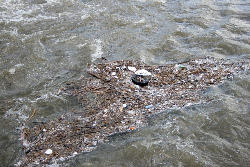 Déchet flottant en riviere